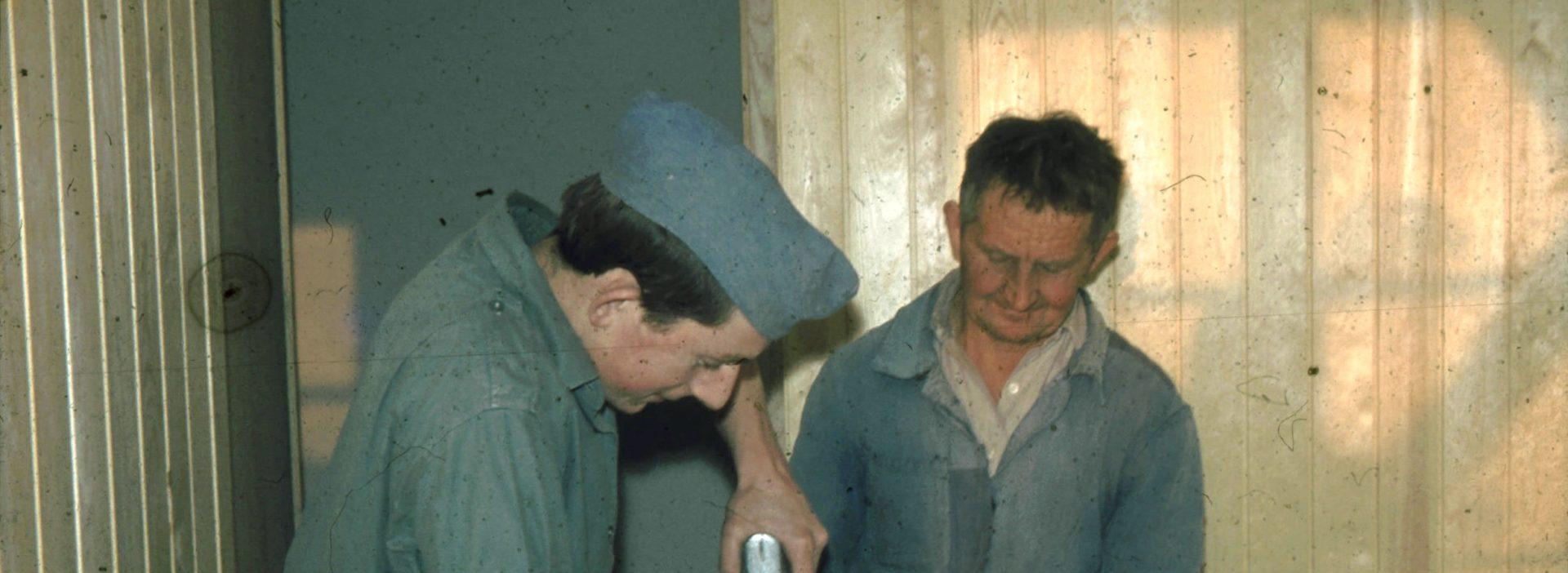 Vater und Peter Jucker beim Bau
