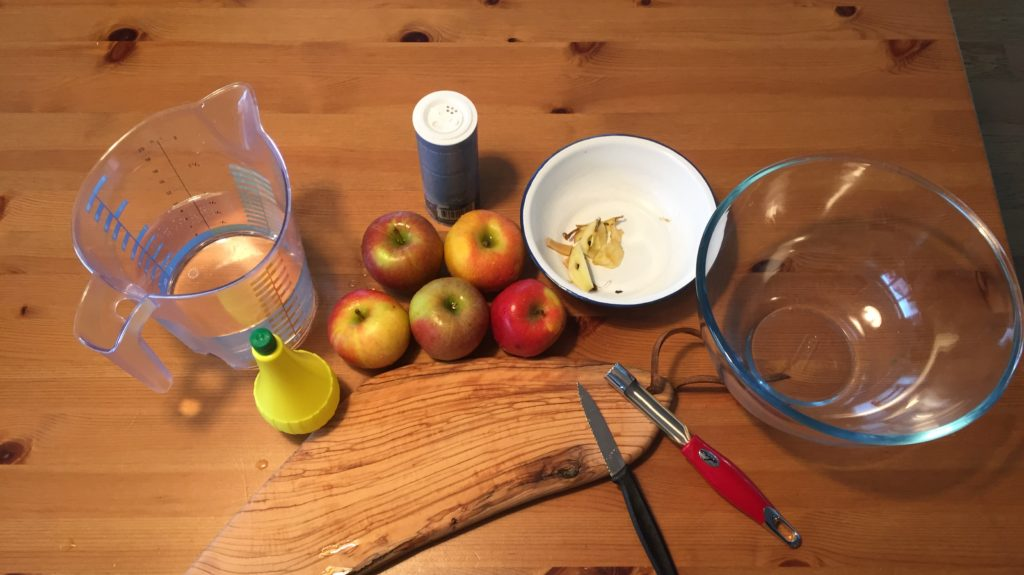 Wasser, Schälchen, Äpfel, Zitronen, Salz, Messer, Brett, Ausstecher