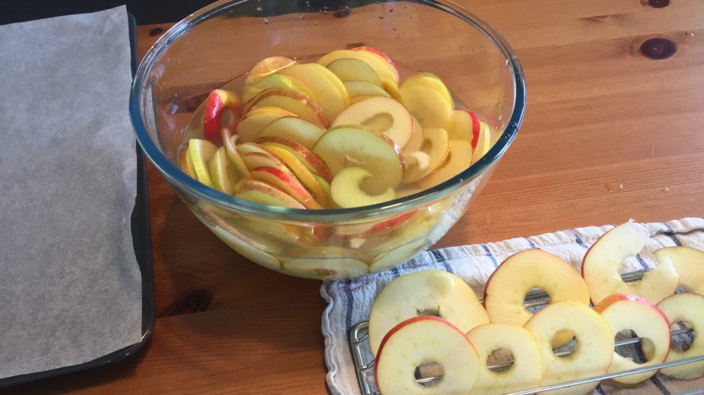 Apfelringe abtropfen lassen