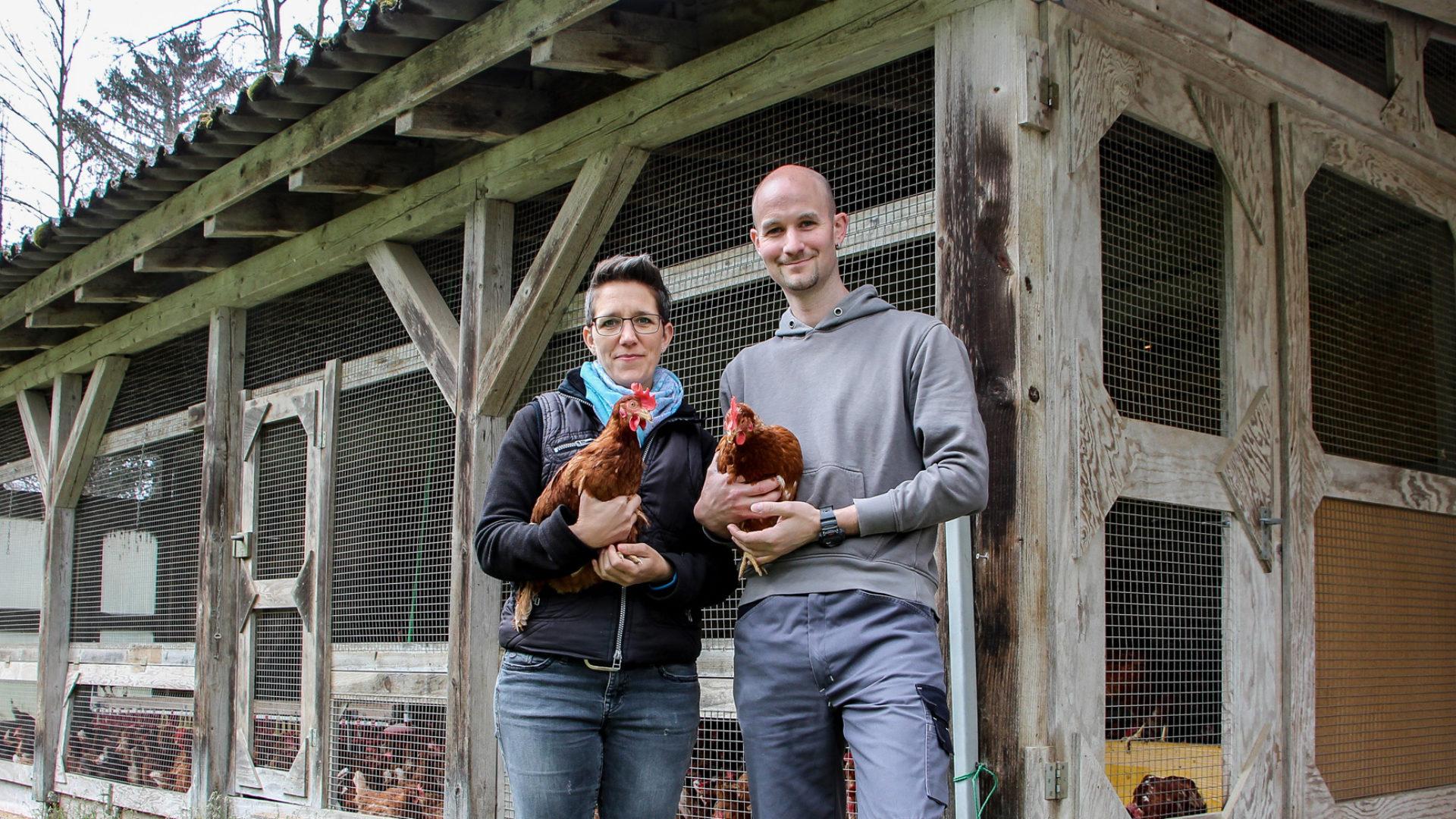 Mann und Frau mit Hühnern