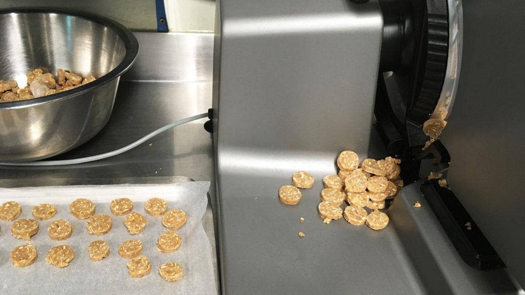 Cookie-Rollen schneiden mit Wurstschneidemaschine