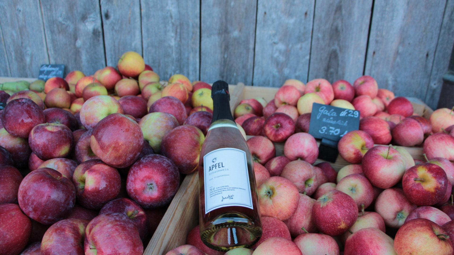 Apfelschaumwein inmitten von Äpfeln