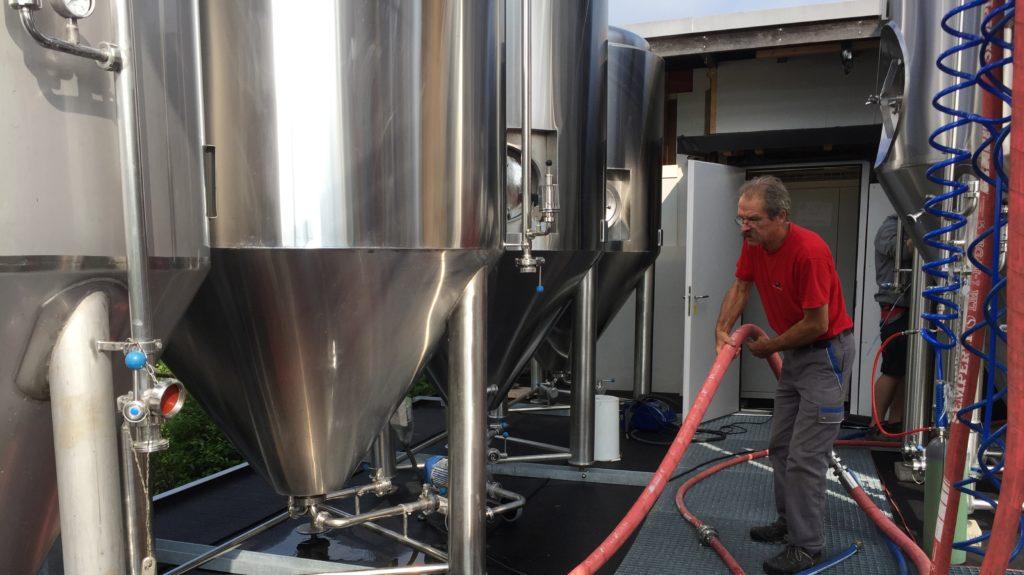 Bier Jürg Legt Schlauch