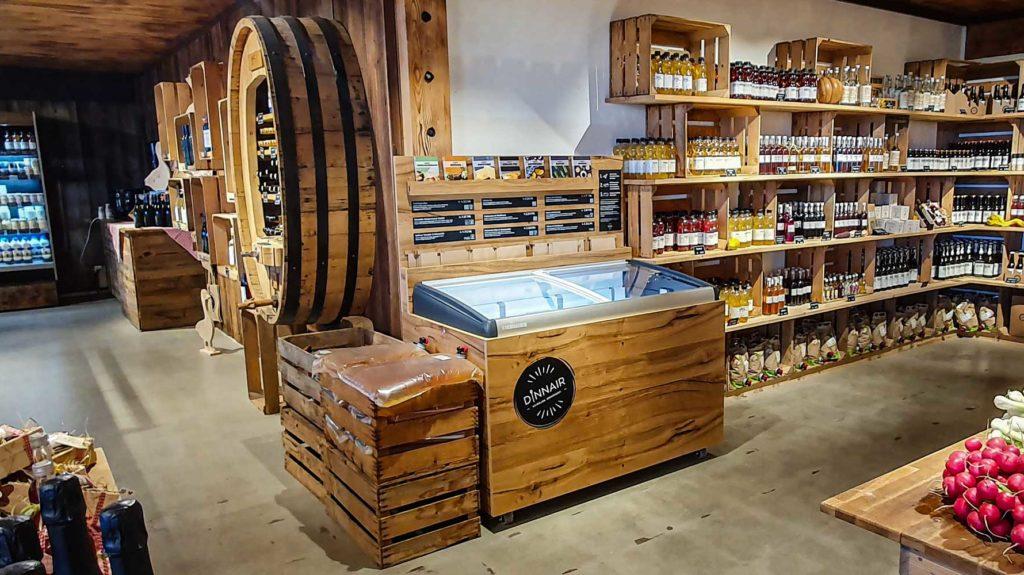 Holzverkleidete Tiefkühltruhe im Hofladen