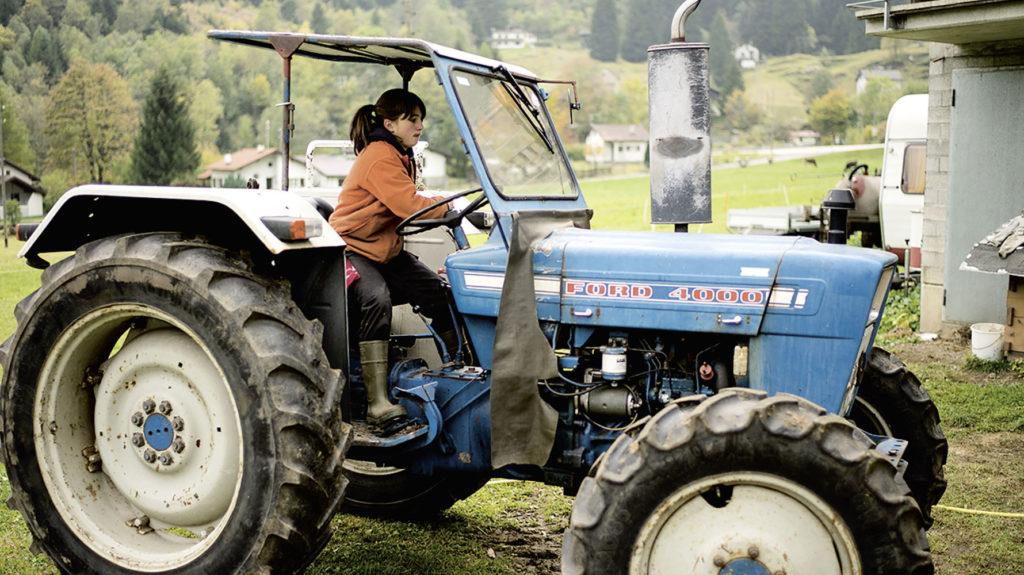 Junge Frau auf Traktor