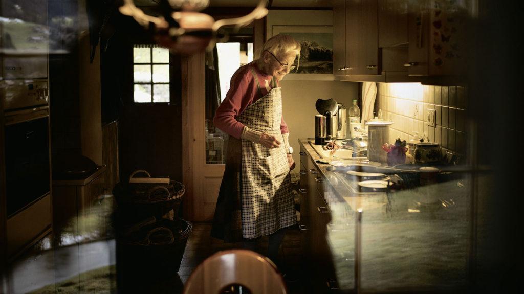 Alte Frau in Küche