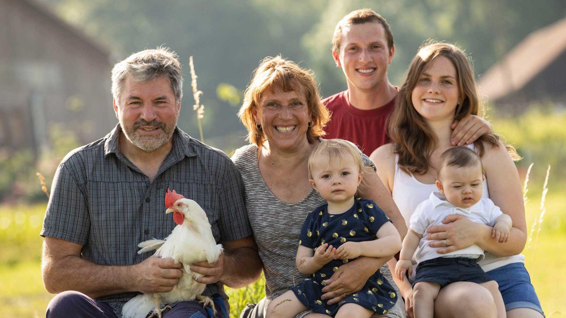 Familie mit Huhn