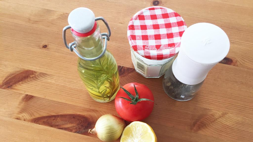 Öl, Salz, Pfeffer, Tomate, Zwiebel, Zitrone