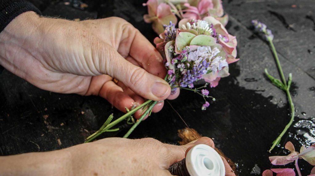 Blumengirlande making of
