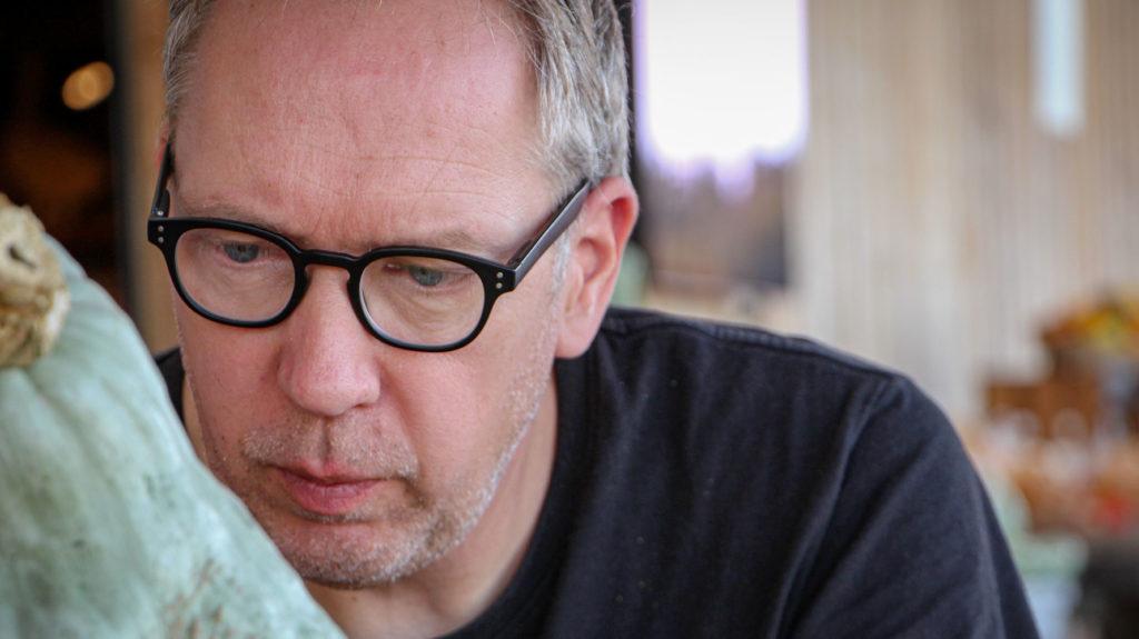 Mann mit Kürbis und Hornbrille