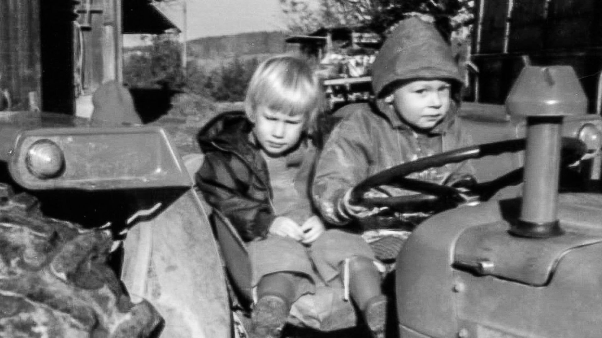 Zwei Kinder auf Traktor
