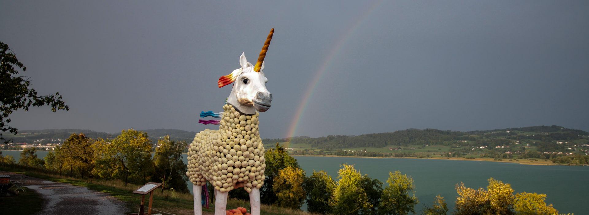 Kürbiseinhorn mit Regenbogen