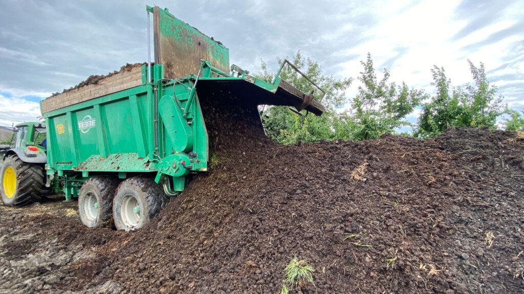 Kompoststreuer streut Terra Preta