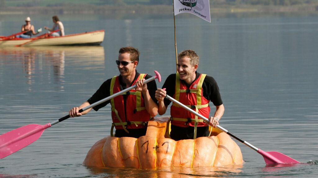 Beat und Martin im Kürbisboot
