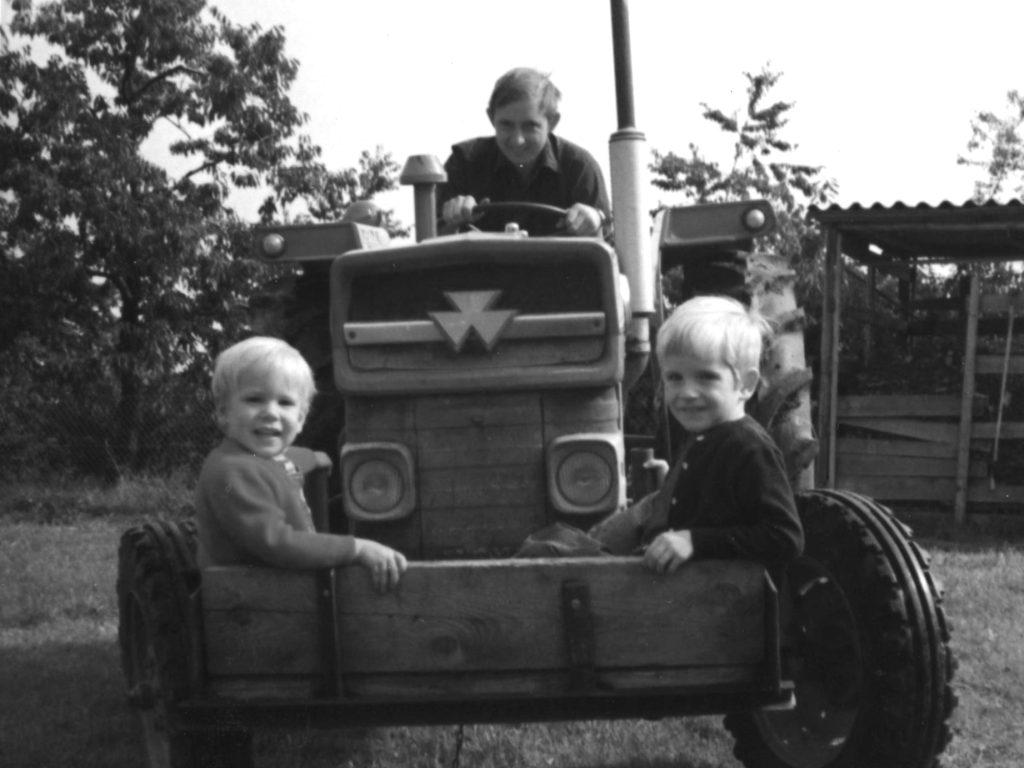 Ueli mit Martin und Beat auf dem Traktor