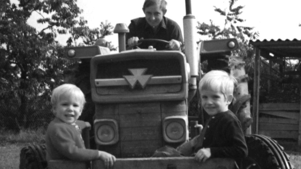 schwarz-weiss zwei Kinder in Traktorschaufel