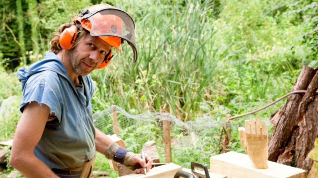 Pit Ruge am Arbeiten mit Holz