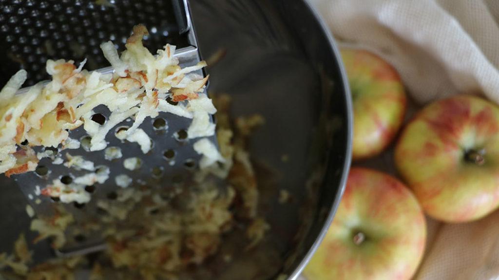 Äpfel werden gerieben