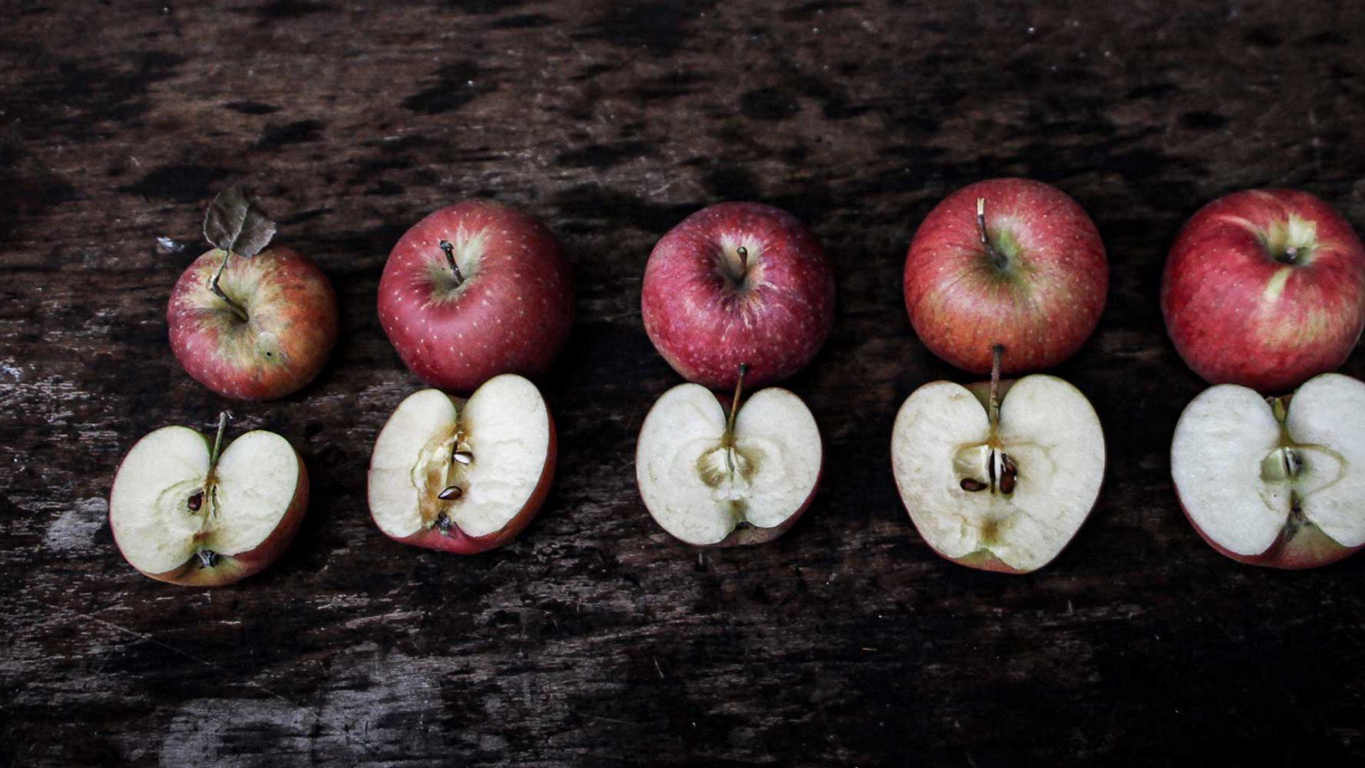 Fünf verschiedene Apfelsorten
