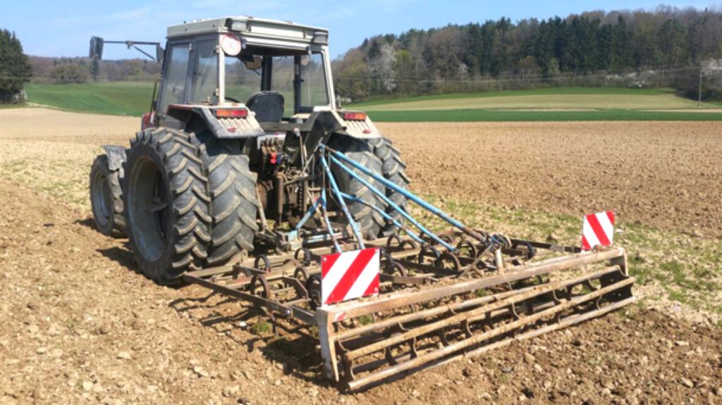 Traktor auf Kürbisfeld