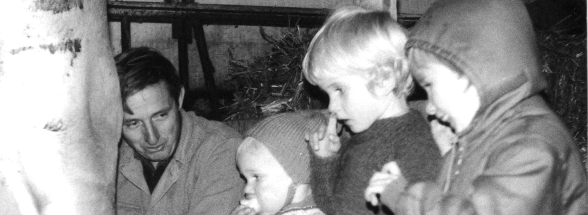 Ueli, Martin, Beat, und Brigitte Jucker beim Kuhmelken
